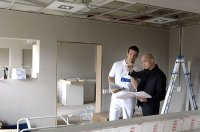 ekipa remontująca mieszkanie